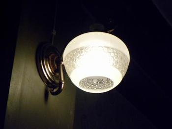 昭和レトロな照明。建物の中はひんやりとしていて空気が凛と澄んでいます。当時は家政婦さんの住居として使われていたそうですが、今でも住んでみたくなるほどレトロモダンな雰囲気がおしゃれですよね。