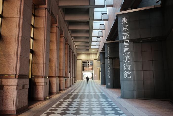 カメラ女子におすすめなのが、恵比寿ガーデンプレイス内にある「東京都写真美術館」です。1995年にオープンした国内唯一の写真・映像の総合美術館。収蔵する作品数は、2017年3月末現在で34,008点にも及び、その中にはすでに今日では入手困難なった貴重な作品が多くあります。日本の作家のコレクションなど、他館にないユニークで見ごたえがあります。