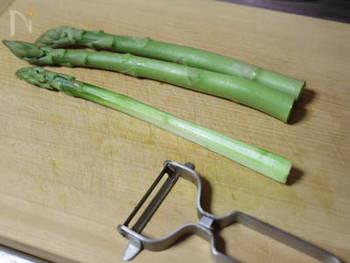 アスパラは根元の皮が硬く口に残っていまうので、調理前に取り除いておくと◎根元から4~5cm程をピーラーで剥くと食べやすく、口当たりがよくなります。アスパラはシャキッとした食感を活かすため、普通の太さなら1分30秒程、太目のものは2分程度茹でて冷水につけましょう。