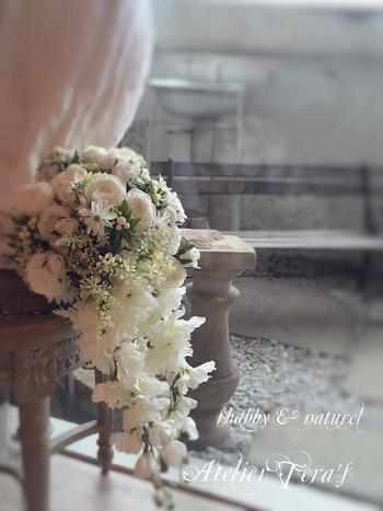 正統派な花嫁ブーケといえばキャスケードスタイルです。ボリュームのあるトップから、滝のように優雅に流れるラインは特別な一日にぴったりのブーケと言えます。 インパクトのある花材を使って、ゴージャスに格調高く仕上げましょう。