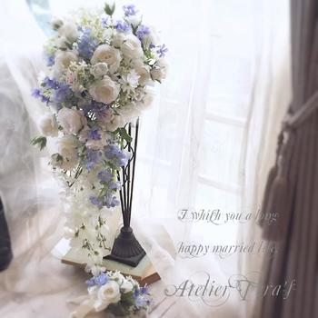 ブルーと白のキャスケードブーケ。透明感のある花材と動きのあるデザインで、優雅な中にも重さを感じさせない爽やかな印象に。キャスケードブーケは、メインの花にインパクトのあるものを選ぶのがおすすめです。