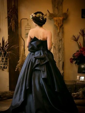 クレッセントブーケやリストブーケは、個性的な形を活かして披露宴のカラードレスや二次会におすすめです。洋服を選ぶ時のように、自由な発想でドレスとブーケをコーディネートしてみましょう♪