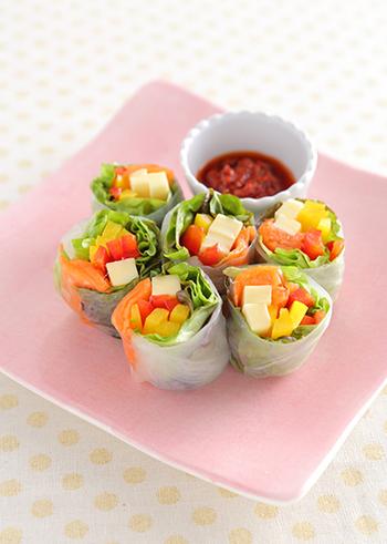 スモークサーモンとパプリカの生春巻き。赤と黄色の生のパプリカを使っているので、食感も良くフレッシュな味わいを堪能できます。彩り豊かでおもてなしの前菜にもぴったり♪