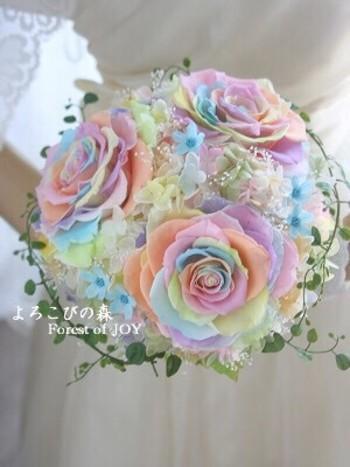 絵本の中から抜け出したような夢のようなブーケですね!これは、分解した花びらを一枚一枚重ね合わせて大きな花を作る「メリアブーケ」というテクニック。さまざまな色に染めた花びらを使えば、こんな素敵なブーケも作れるというわけですね。色や花材によって、キュートなものからドラマチックなものまで、イメージは無限大です。 着たいドレスに合わせて、個性的なブーケを作れるのもメリアを選ぶメリットと言えるでしょう。