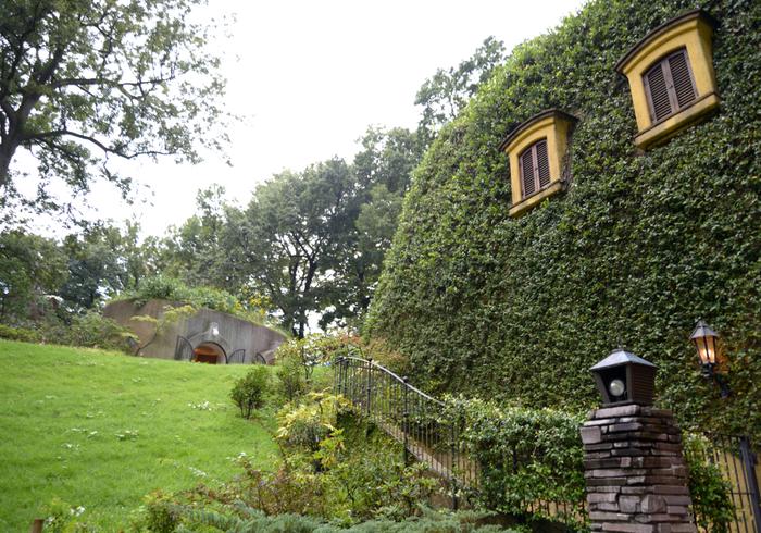 """敷地に一歩足を踏み入れると、そこはまるでアニメーション映画の世界。緑の多い武蔵野らしい雰囲気で、美術館のキャッチコピー""""迷子になろうよ、いっしょに。""""というフレーズがぴったり。"""