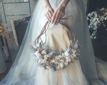 リースブーケは持ち位置が低くなるので、スカートはシンプルなラインを選びましょう。小さめのAラインやエンパイアラインがおすすめです。 プリザーブドフラワーや造花で作ったリースブーケは、結婚式が終わった後もインテリアとして飾っておくことができます。思い出のアイテムとして、いつも目に入るところに飾れるのが嬉しいですね。