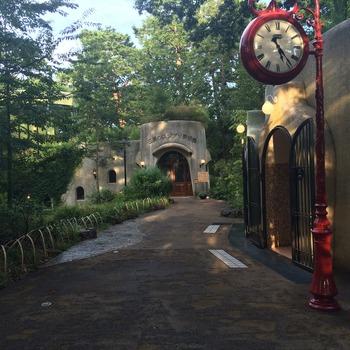 JR三鷹駅から玉川上水沿いをゆっくり歩いて約15分ほどのところにある「三鷹の森ジブリ美術館」。井の頭公園の敷地内でもあるので、吉祥寺からお散歩しながら歩くのもおすすめです。日時指定の予約制なので、早めに予定を合わせておきたいですね。