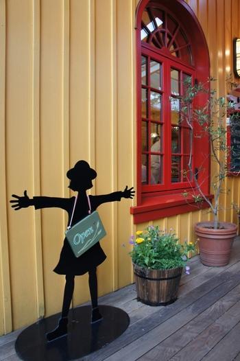 レストランの看板もとってもキュート。ジブリファンでなくても楽しめる美術館を目指しているとのことで、童心にかえったような気持ちで過ごせます。