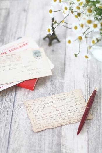 お手紙に関してのことをご紹介しました。いかがでしたか?メールやSNSもとても便利ですが、たまには手書きの心温まる文字を添えて送るのも良いものですよ。相手のことを思いながら書いたお手紙や葉書は、送った相手にもその気持ちが伝わるはず。思いついたとき、何かを伝えたい時、あえて遠回りのお手紙や葉書を送ってみてはいかがでしょうか。