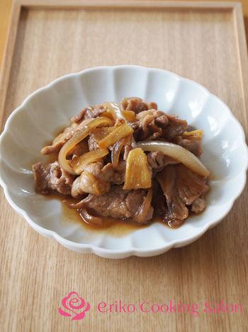しょうがをすりおろさず薄切りに&漬け込みなしで作る時短なしょうが焼き。しょうがの風味がガツンと効いたスパイシーな一品に。火の通りが早い豚こま肉は、忙しい日の食事づくりの強い味方になりますね。