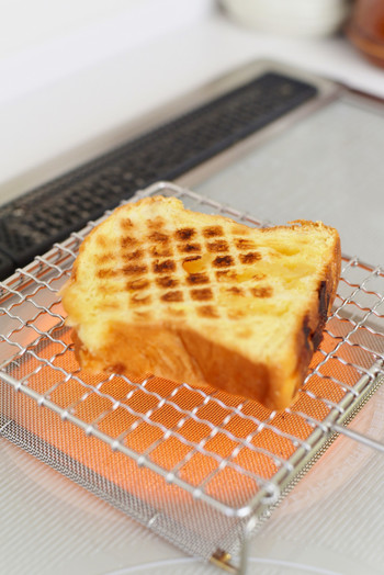 平安時代より京都で愛されてきた、「雅」な手作りの金網細工。創業以来八十余年、この地で伝統の職人技を守り続けているのが「辻和金網」です。  パン好きさんで話題になっている、こちらの焼き網。野菜やお餅、干物などを焼くのはもちろんですが、食パンを焼くと、外はカリ!外はふわ!と、絶品のトーストが出来上がります。 細かく編みあげられた受け網がついているので、パン屑をキャッチしてくれるのもうれしいですね。