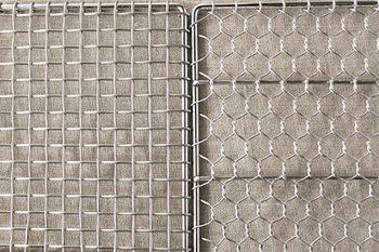 網はステンレスなので、とっても丈夫。2種類展開で、左は「機械編み」、右は「手編み」です。 「手編み」は亀甲模様に、職人の手で編み上げらた逸品。「手編み」のほうがちょっとお高いですが、どちらにしようか悩みますね。