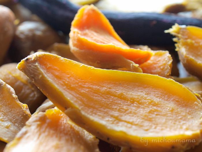 また、サツマイモは品種が多いのが特徴。紅はるか、玉豊、いずみ、玉乙女、紅マサリ、ほしキラリ、安納芋などいろいろ。それぞれ違う味わいの干し芋ができますから、お好みの品種をみつけるのも楽しみの一つです。