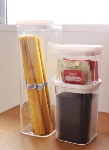 コーヒーの粉はスタックできるキャニスターに入れてスッキリと収納。香りが飛ばないよう、キッチリと封ができる密閉性の高いものを選ぶのがポイントです。コーヒーのお供のお菓子も近くに収納して、気軽にコーヒーブレイクを♪
