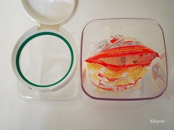 詰め替えしづらい粉類は、袋ごと入れられる広口の容器がおすすめです。粉をすくうスコップも一緒に収納して、より機能的に。お手入れが簡単なのも嬉しいですね。