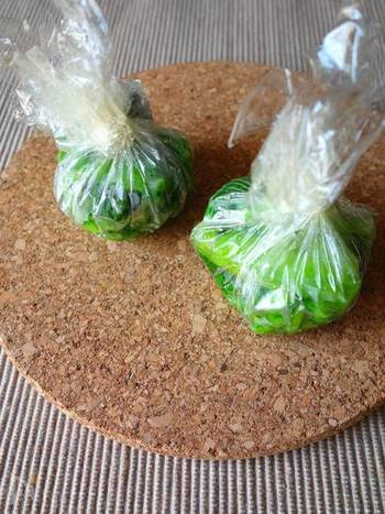 味噌と乾物ともう少し具材をプラスしたい時にオススメなのがこの「野菜玉」です。画像は小松菜の野菜玉。作り方はいたって簡単。小松菜を少し固めに茹でてカットしたものを小分けにして冷凍しておくだけ。こちらもこれだけの手間ですが、いくつも小分けにしてラップしておくことで味噌玉やスープ玉、その他の料理にもプラスできちゃいます。色々な野菜で小さく野菜玉を作っておくととっても便利ですよ。
