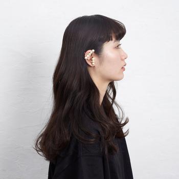 耳元をさりげなく、でも個性的に引き立てるイヤリング。洋服をシンプルにして、アクセを主役にしたコーディネートを楽しんで。