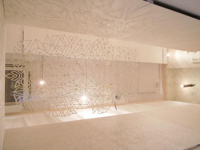 またaoki yuriさんはアーティストとしての顔も持ち、アクセサリーに落とし込むまでの考えを作品にして表現されています。こちらは空間全体を使ったインスタレーション作品。何とも幻想的ですね。
