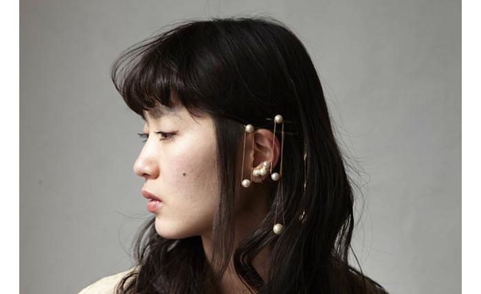 独創的だけどどこか親しみを感じさせる、aoki yuriさんのパールアクセサリー。一度見たら忘れられない存在感で、多くの女性を魅了しています。