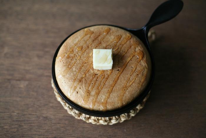 ミニパンは、手のひらサイズ。コロンとした丸さで、蜂蜜、バターを添えれば、そのままテーブルに出せる可愛さです。目玉焼きを焼いてもよさそうです。