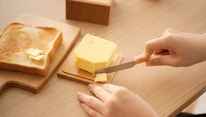 わざわざまな板を出さなくても、蓋部分でバターをカットできちゃうから何かと便利です。一度購入すると長ーく愛用できそう。