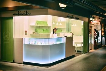 「nikiniki(ニキニキ)」は創業320年以上の老舗和菓子店「聖護院八ッ橋総本店」の新ブランドで、京都駅のASTY京都内の京都おもてなし小路の一画に店舗を構えています。正方形を2つ折りにした三角の形の八ッ橋が主流ですが、ニキニキの八ッ橋は食べて美味しい、見ても楽しめる新感覚が味わえます。