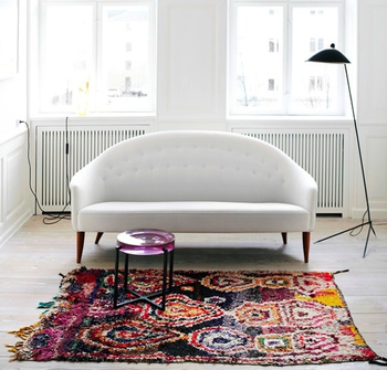 白を基調としたミニマムなお部屋に、カラフルなボシャルウィットを一枚敷いて。独特な模様とニュアンスのある表情が、インテリアにスパイスを効かせます。
