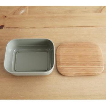 竹素材をつかったフタは、ちょっとバターを切るのにも便利な、カッティングボードにもなるスグレモノ。バターの保存はもちろん、キッチンの細々したものの収納にも。マットな質感が、モダンなキッチンにも馴染んでくれます。