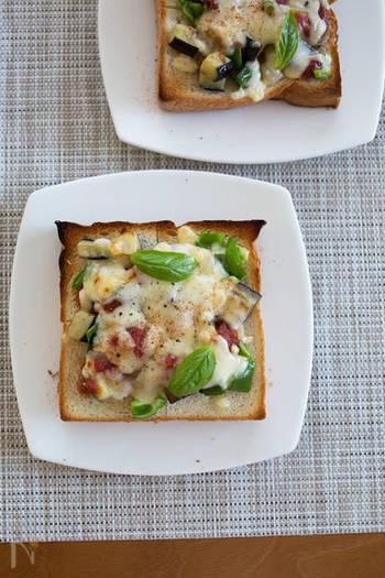 ナスやピーマンなどの夏野菜をたっぷりのせて、バーベキューソースで味付けしたボリューム満点のレシピ。トマトやアボカドなど、冷蔵庫にある野菜を代用するのもおすすめです。仕上げにチリソースを振りかければ、夏場の疲れに効くスパイシーなピザトーストに。