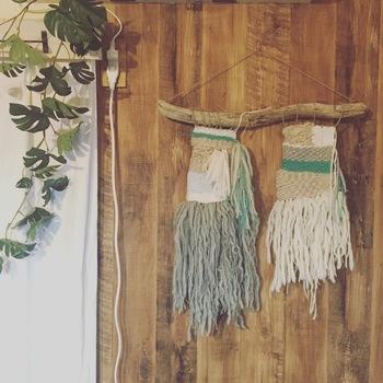 ③編み終わったら裏側の糸を切って、固結びすれば完成!ウィービングを壁に飾るだけでボーホースタイルに。