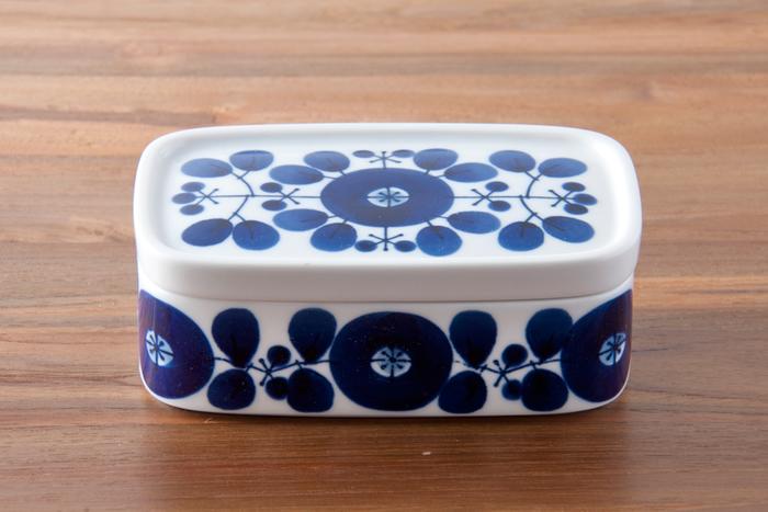 長崎県の波佐見という焼き物の街で作られた「白山陶器」のバターケース。藍色のお花の模様が可愛らしく、和食器なのにどこか北欧チックな雰囲気も。