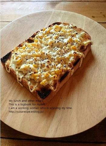 マヨネーズを使えば、味つけが簡単&ハズさないトーストレシピが完成します。粒コーンにマヨネーズを格子かけして、粗びきコショウを添えた簡単レシピ。大人だけでなく、子どもから大人までみんな喜んでくれるはず♪