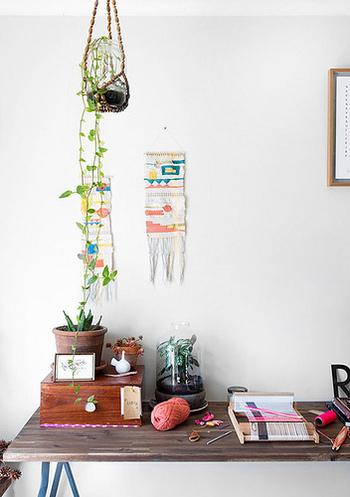 天井からマクラメ編みのプラントハンガーを吊るして、その奥にはウィービングのミニタペストリーを飾っています。デスク周りなど限られたスペースも、工夫次第で素敵なボーホースタイルに。