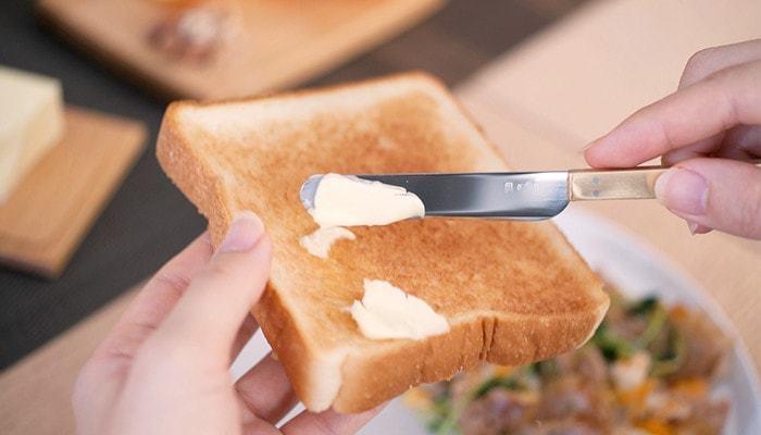刃先が薄く仕上げられているので、従来のバターナイフにはない、バターを薄くそぐ、切る、塗るといった幅広い用途をカバーしています。冷蔵庫から出したてのカチカチに固まったバターも、薄く綺麗に削ぐことができます。