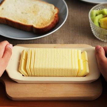 市販の200gのバターを上からスーッと押すだけで、簡単に40分割。一切れが約5gずつなので、お菓子やパン作りの時にも、毎回バターを切る手間を省き、計量なしですぐに使用OKです。