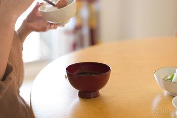 忙しくても毎朝一杯、お味噌汁やスープは飲みたいもの。でもなんだかんだ準備が大変だったりしますよね。そんな時にお勧めなのが、お湯を注ぐだけで作ることができる「味噌玉」です。