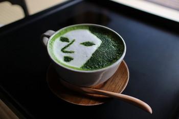別店舗には「よーじやカフェ」があり、抹茶カプチーノにもこのイラストが!店舗は銀閣寺店や京都駅八条口コーナー、嵯峨野嵐山、祇園の4店舗があるので、近くに行ったら寄ってみてはいかがでしょうか。