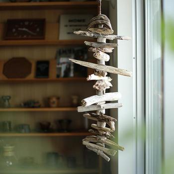 いろいろな形のミニサイズの流木を重ねたオブジェは、ゆらゆらと揺れる様子も楽しめてお部屋のいいアクセントに♪