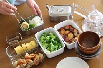 おかずをお弁当箱に詰めるときも、素手で入れずに清潔な菜箸を使って入れるようにしましょう。すこしでも菌の付着を抑える努力が重要です。