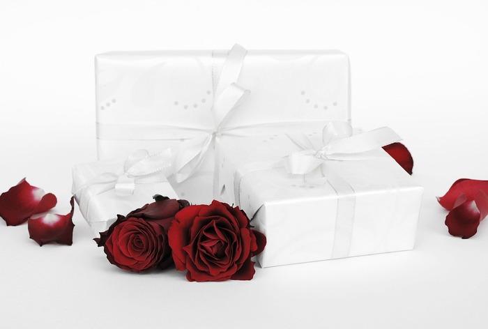 式には呼ばれていないけれど、プレゼントだけを贈るときは、いとこなら3万円程度、友人なら1万円程度、会社関係なら5千円程度が平均的な相場と考えられています。もちろん、もっと高額なものをプレゼントしても大丈夫ですが、関係に不釣り合いな値段のものを贈ると内祝い(お返し)のときに新郎新婦の負担になることもあるので注意が必要です。