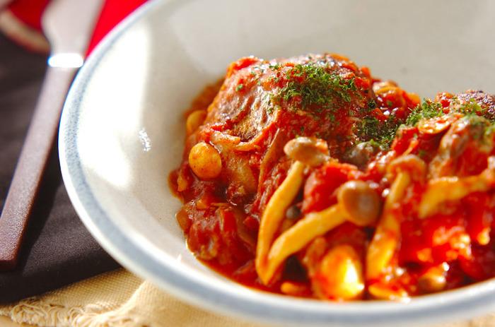 トマトソースも手づくりした、本格的な煮込みハンバーグ。トマトソースのレシピをマスターしておけば、パスタやグラタンなどの洋食料理をつくるときに重宝します。トマトソースには、シメジやマッシュルームを加えているので、食物繊維が豊富なのも嬉しいポイント♪煮込むことで生焼けの心配がないので、お料理初心者にもおすすめです。