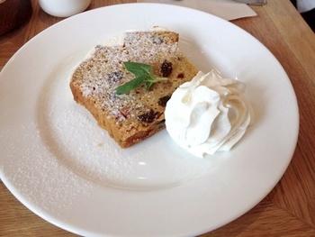 スーホルムカフェにもキャロットケーキがあります♪なんだか懐かしい雰囲気。こちらもクリームチーズクリームを添えて。