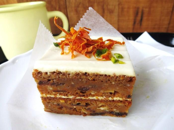 代官山にあるカフェ・GARDEN HOUSE CRAFTS(ガーデンハウス クラフツ)のオーガニックキャロットケーキは、しっとりと柔らか。ココナッツやスパイスが効いた、ちょっと大人なスイーツに。