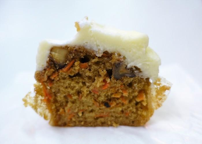 Sunday Bake Shop(サンデーベイクショップ)のキャロットケーキは、クリームチーズがフロスティング。にんじんは大きめにカットされているので、甘み豊か。