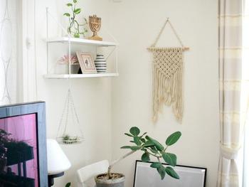 マクラメ編みのタペストリーは、シンプルでどのお家にも取り入れやすいのが魅力。ナチュラルな麻紐や綿ロープは爽やかな季節にぴったり。他のインテリアと上手く調和してボヘミアンな雰囲気を演出してくれます。