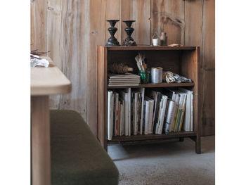 本棚と聞くと大きな天井まであるような家具をイメージしがちですが、お手持ちの本の数によっては小さいものでも十分ですよね。それに、狭いお部屋に大きな本棚を置いたら、それだけで圧迫感です。狭いスペースでも壁に沿わせて置けるミニ本棚は、一人暮らしのワンルームにも最適!写真の落ち着いたアンティーク調のミニ本棚は、シンプルなデザインなのでどんなお部屋にもしっくり。下段には本や雑誌を入れて、上段には本は横置きにして雑貨やグリーンを置いても素敵。