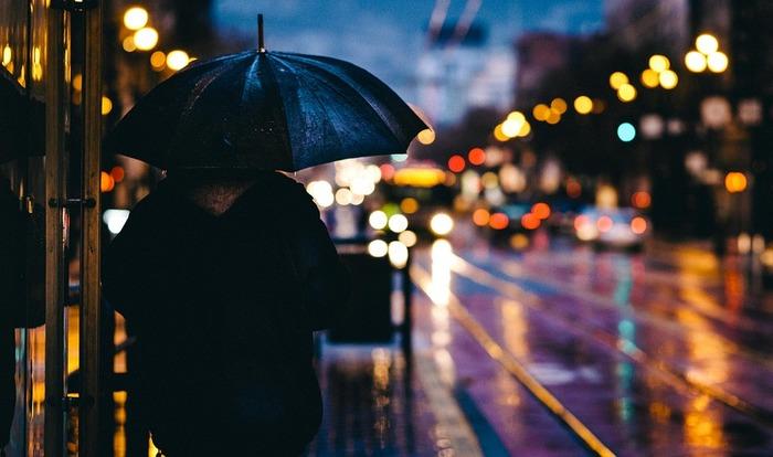 自分だけが辛い想いをしているような気がして、どうしようもなく世界を憂いてしまっていた、あの日。誰にでも一度くらい、こんな心境を経験したことがあるのではないでしょうか?  そんな頃を思い出しながら、ちくりと甘酸っぱい気持ちにひたってみる...ちょっと切ない雨の日も、たまには、いいですよね。