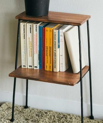 こちらはアイアン脚の雰囲気あるミニチェストですが手軽に色々な物を収納&飾れます。お気に入りの本や読みかけの本をちょっと置いておく場所にしてもいいですし、洋書やCD・DVDなどもすっぽり収納できます。ベッドサイドテーブルとしても使えそう!