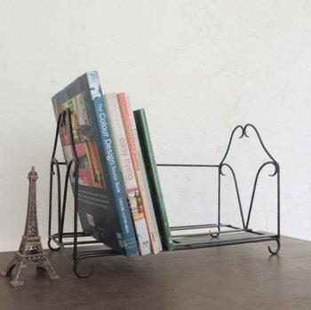 ブックスタンドは、パソコンデスクの上でもキッチンのちょっとした場所でも、少しのスペースさえあれば本が収納できちゃうスグレモノ。本棚と違って小ぶりなサイズ感なので、あちこちインテリアに合わせて動かしやすいのもうれしいポイント。