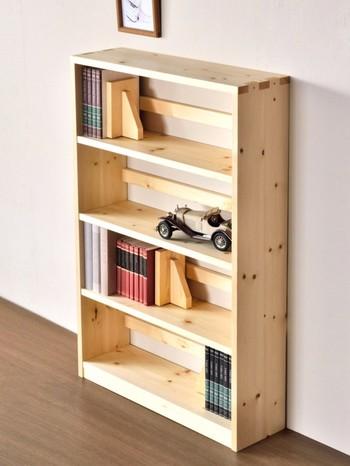 本棚&ブックスタンドのテイストを揃えた収納は、見た目にもきりっと引き締まりますね。ぎっしり本を並べてしまうと窮屈な印象になりがちですが、ゆとりを持たせつつ小物と一緒に収納するのが、ひとつ大人のオシャレ本棚をつくるポイントです。